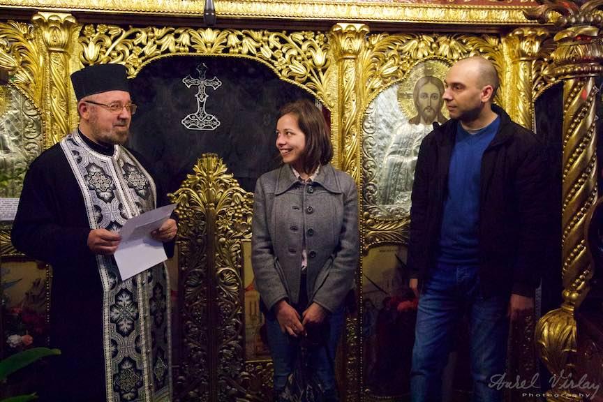 Parintele Paroh Mircea Uta primeste pelerinii Taizé.