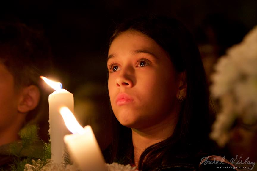Invierea-Iisus-lumanari-lumina-Pasti-Ortodox-2016_Foto-Aurel-Virlan_Portret fotografic de fetita cu lumanare.