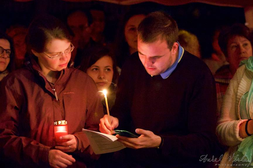 Invierea-Iisus-lumanari-lumina-Pasti-Ortodox-2016_Foto-Aurel-Virlan_Pelerini crestini de la Taizé cu lumanari in Noaptea de Inviere.