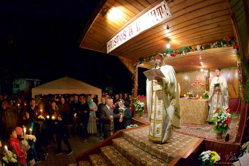 Invierea-Iisus-lumanari-lumina-Pasti-Ortodox-2016_Foto-Aurel-Virlan_Parintele Cosmin citeste mesajul Patriarhului Daniel al Bisericii Ortodoxe Romane.