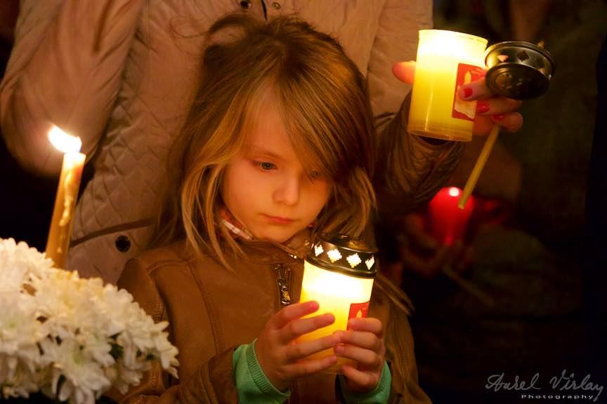 Invierea-Iisus-lumanari-lumina-Pasti-Ortodox-2016_Foto-Aurel-Virlan_Ferita fascinata de Lumina Invierii.