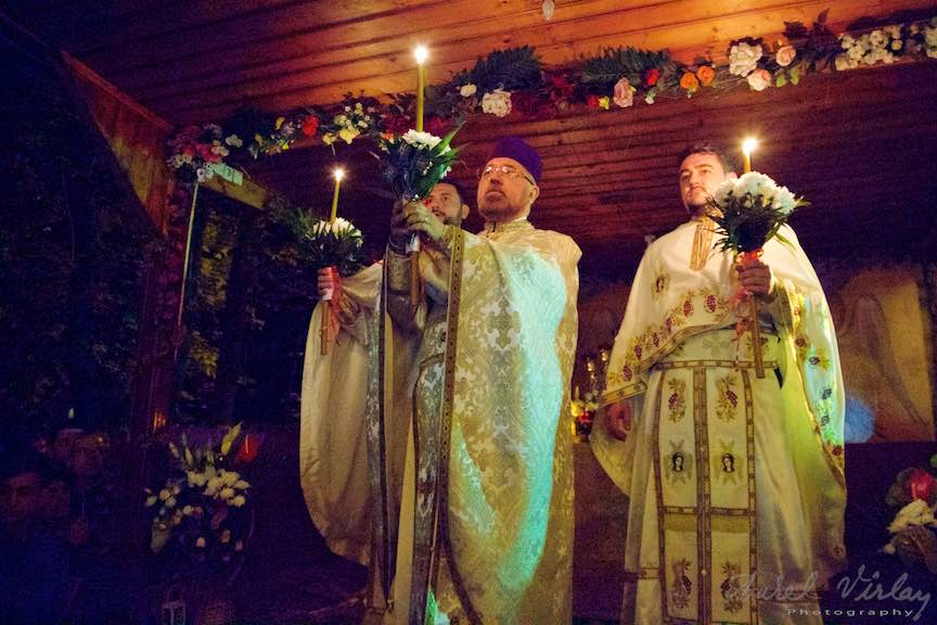 La miezul noptii de Inviere, Parintii aduc Lumina Lui Iisus.