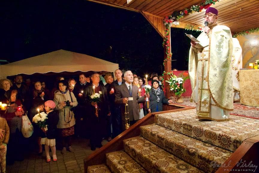 Invierea-Iisus-lumanari-lumina-Pasti-Ortodox-2016_Foto-Aurel-Virlan_Slujba de Inviere s-a tinut partial in chioscul din curtea bisericii.