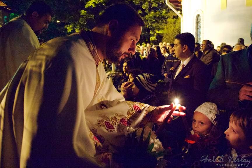 Invierea-Iisus-lumanari-lumina-Pasti-Ortodox-2016_Foto-Aurel-Virlan_Preotii impart lumina Invierii Domnului la copii.