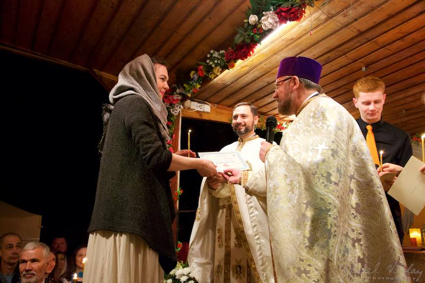 Invierea-Iisus-lumanari-lumina-Pasti-Ortodox-2016_Foto-Aurel-Virlan_Parintele Mircea Uta ofera diplome de participare pelerinilor Taizé.