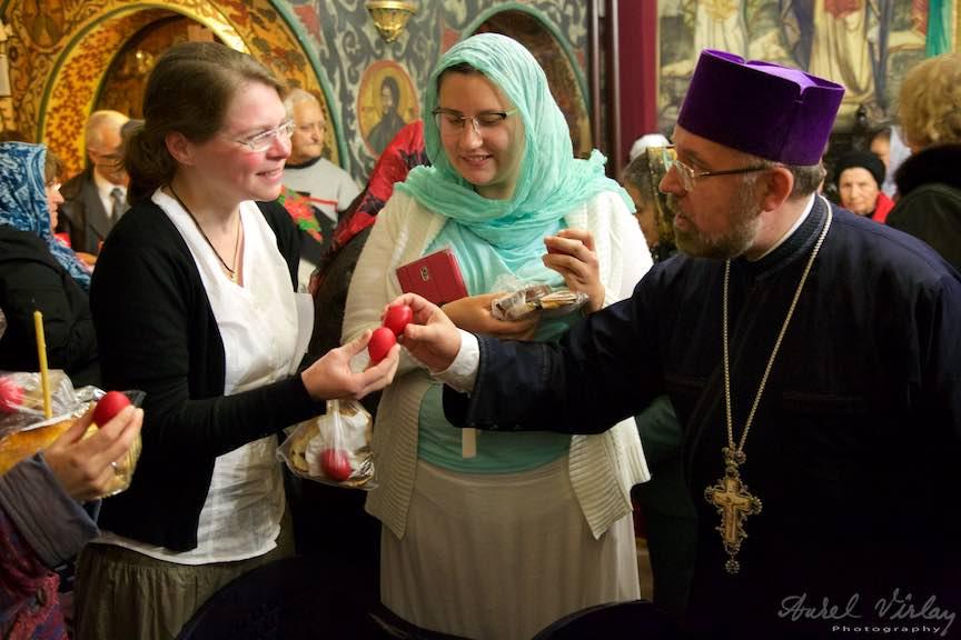 Invierea-Iisus-lumanari-lumina-Pasti-Ortodox-2016_Foto-Aurel-Virlan_Pelerina crestina Taizé din Germania interesata de obiceiurile ortodoxe.