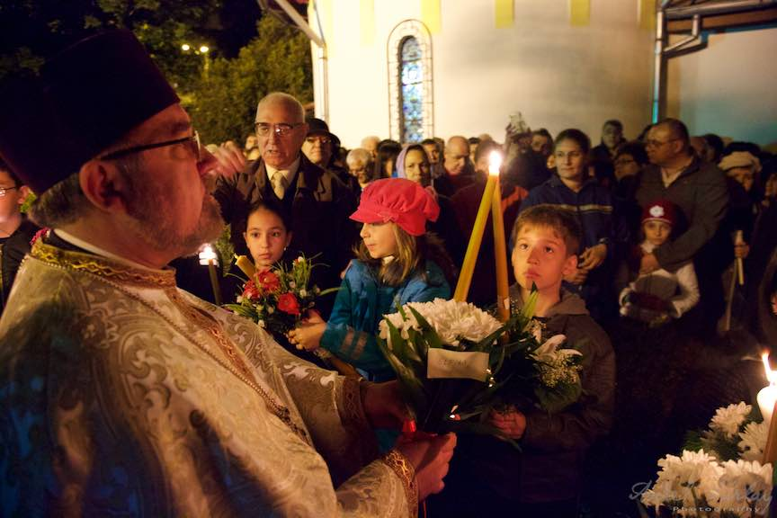 Invierea-Iisus-lumanari-lumina-Pasti-Ortodox-2016_Foto-Aurel-Virlan_Preotul Paroh Mircea Uta imparte lumina Invierii Lui Iisus.