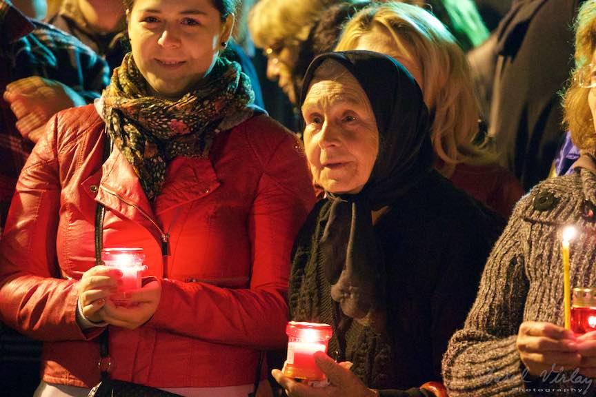 Invierea-Iisus-lumanari-lumina-Pasti-Ortodox-2016_Foto-Aurel-Virlan_Bucuria de a fi impreuna in noaptea de Inviere!
