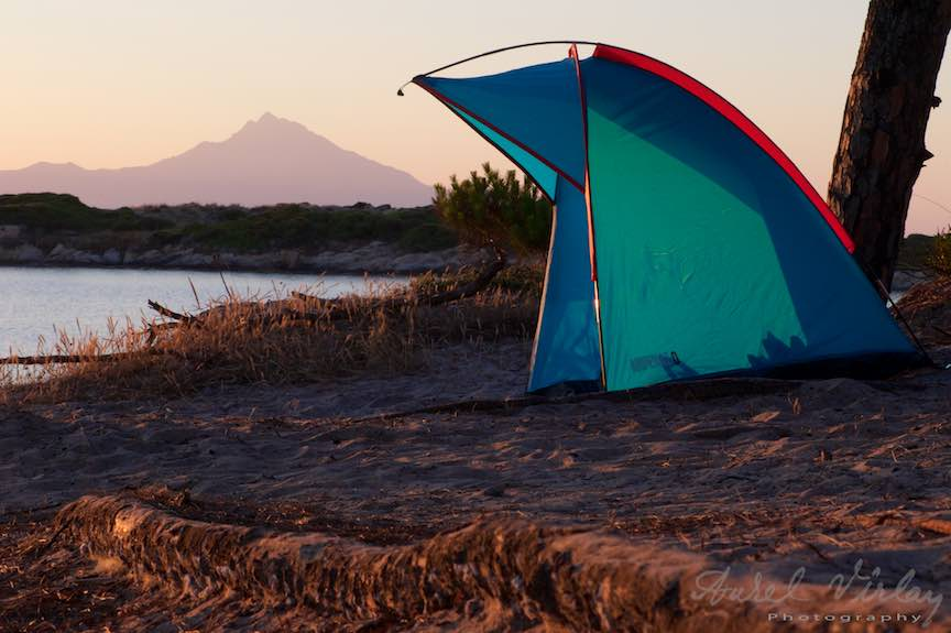 Muntele Athos vazut de pe plaja Karidi Beach din Vourvourou. Fotografie cu amorsa cort.