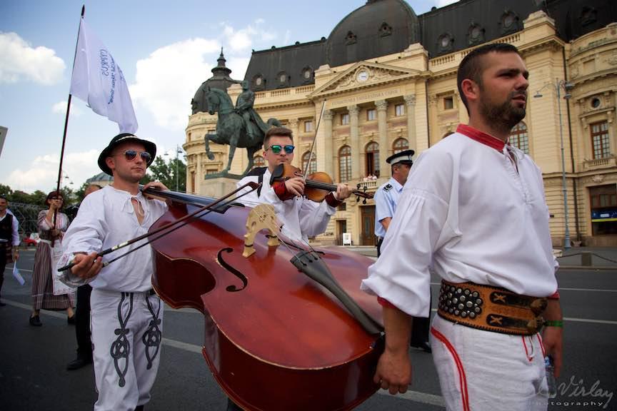 02-FIF-Festivalul-Folclor-Cismigiu-Bucuresti-Creart-Parada-Costumelor-Populare-Contrabasul_Foto-Aurel-Virlan