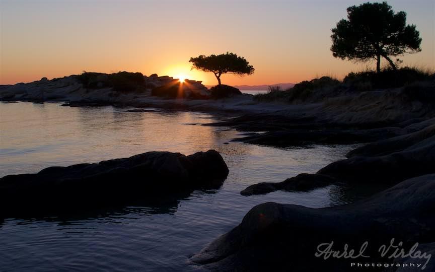 02-Grecia-plaja-Voruvourou-rasarit-soare_Fotografie Rasarit de Soare peste stancile si pinii plajei Karidi Beach Vourvourou-Aurel-Virlan