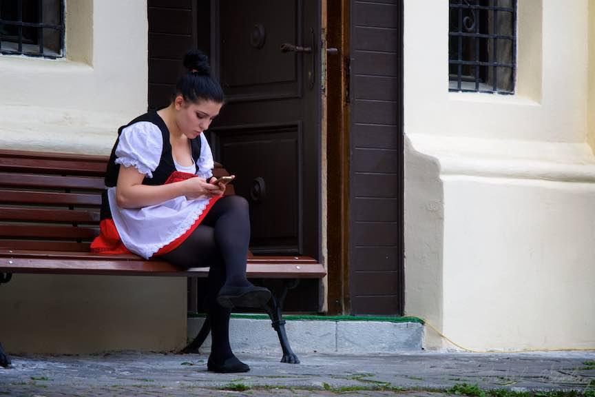 02-tanara-ospatarita-sort-alb-rosu-restaurant-Carol-Economat-Sinaia_Fotografie-Aurel-Virlan