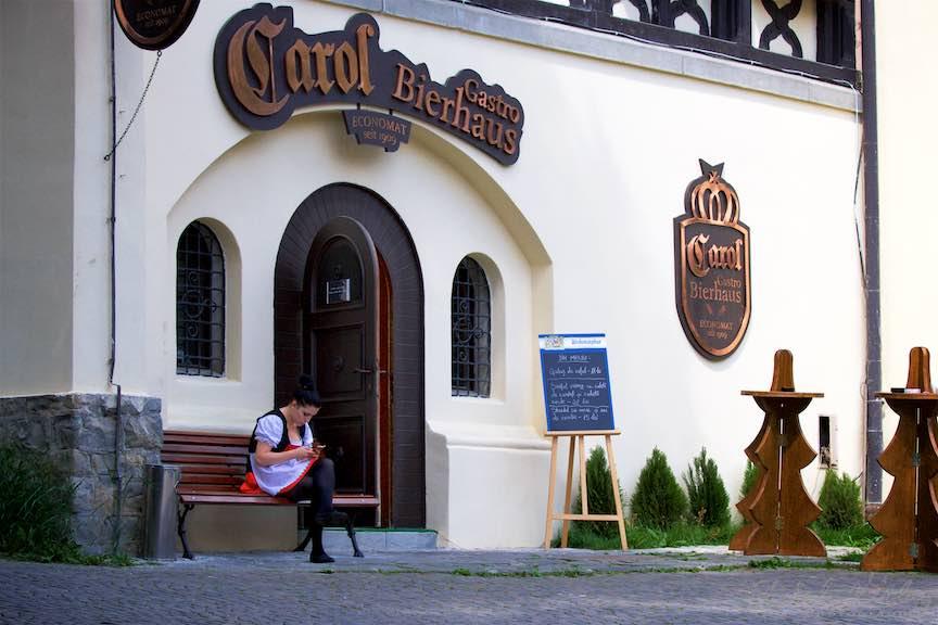 03-tanara-ospatarita-sort-alb-rosu-intrare-restaurant-Carol-Economat-Sinaia_Fotografie-Aurel-Virlan
