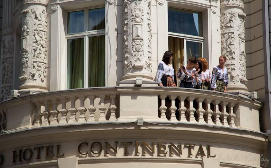 05-FIF-Festivalul-Folclor-Bucuresti-Femei-costume-populare-Hotel-Continental_Foto-Aurel-Virlan