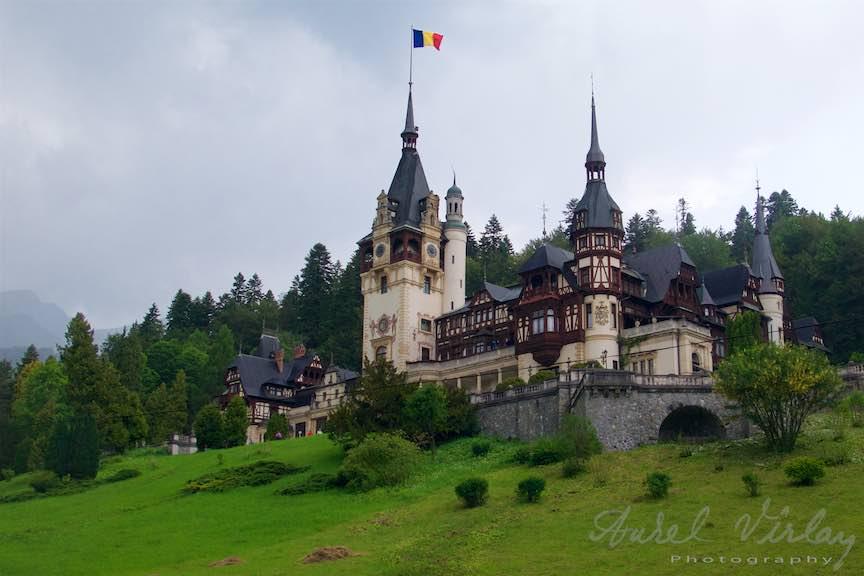 19-Steagul-tricolor-rosu-galben-albastru-arborat-Castelul-Peles-Sinaia_Fotografie-Aurel-Virlan