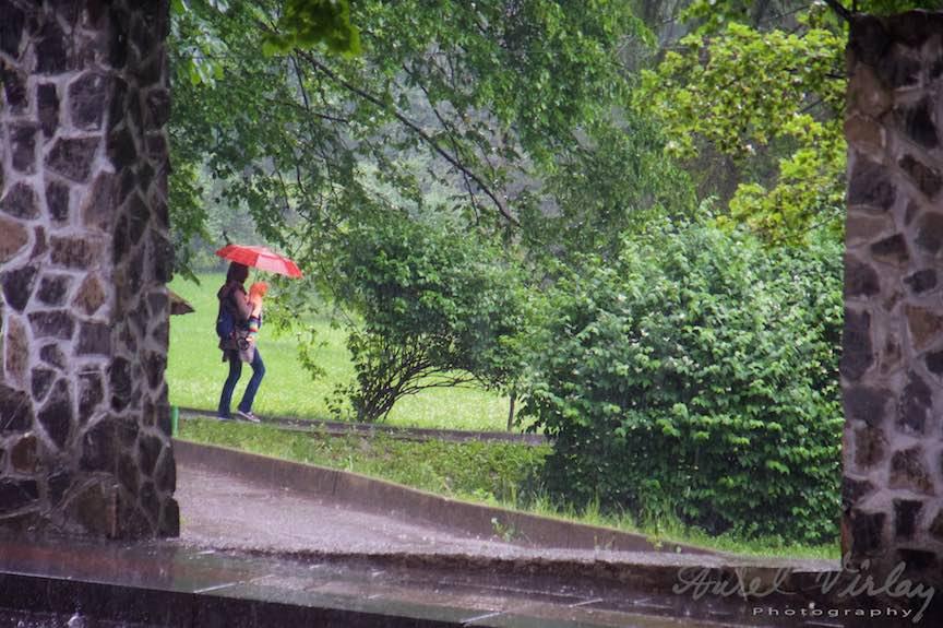 22-Umbrela-Rosie-mama-copilul-ploaie-parcul-Sinaia_Fotografie-Aurel-Virlan