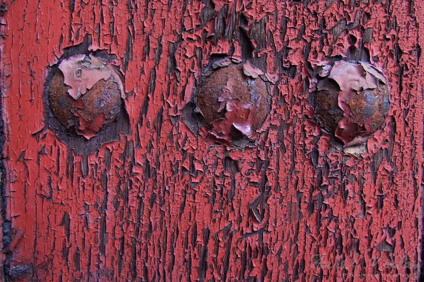 23-Detaliu-nituri-poarta-rosie-vopsea-coscovita-Sinaia_Fotografie-Aurel-Virlan