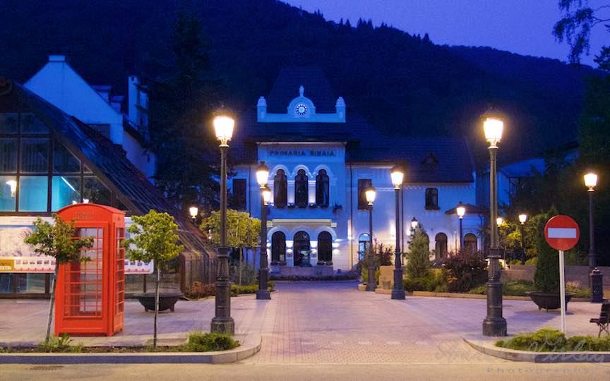 24-Primaria-Orasului-Sinaia-cabina-telefonica-rosie-londoneza_Fotografie-Aurel-Virlan