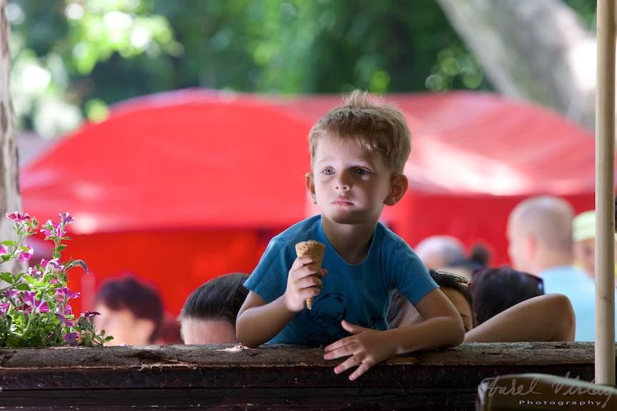 31-FIF-Festivalul-Folclor-Cismigiu-Bucuresti-Creart-portret-baiat-inghetata-cornet_Foto-Aurel-Virlan