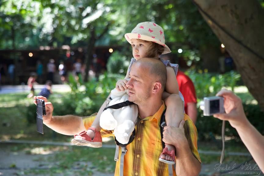 33-FIF-Festivalul-Folclor-Cismigiu-Bucuresti-Creart-fotograful-amator-fetita-umeri_Foto-Aurel-Virlan
