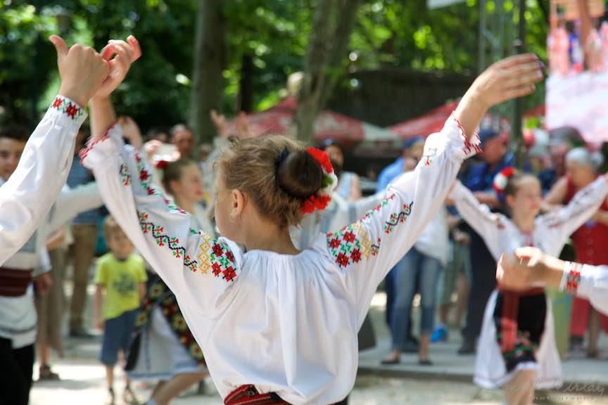 34-FIF-Festivalul-Folclor-Cismigiu-Dansatoarea-flori-rosii-coc_Foto-Aurel-Virlan