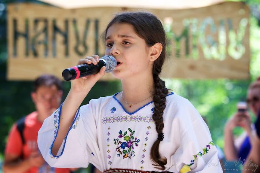 36-FIF-Festivalul-Folclor-Cismigiu-Bucuresti-Creart-fetita-cantand_Foto-Aurel-Virlan