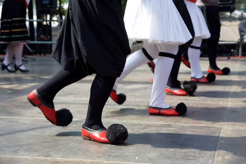 46-FIF-Festivalul-Folclor-Cismigiu-Bucuresti-Creart-pantofi-traditionali-grecesti-ciucuri_Foto-Aurel-Virlan