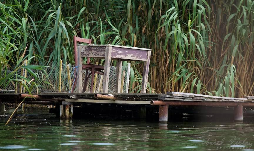 03-Lacul-Snagov-masa-si-scaun-pe-ponton_Foto-Aurel-Virlan