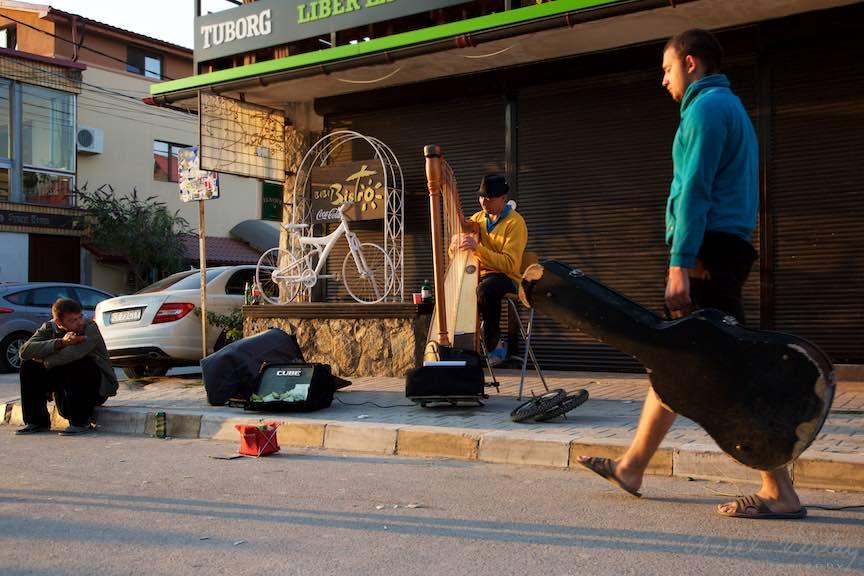06-Rasarit-de-soare-in-Vama-Veche-Edydo-cantand-la-harpa+Chitarist-in-trecere-Fotografie-Aurel_Virlan