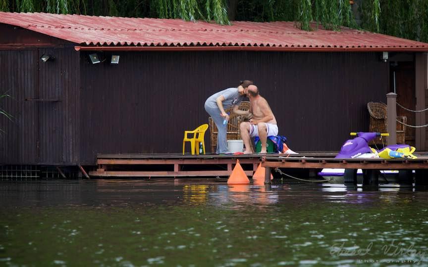 06-saruturi-ea-tanara-el-batran-Lacul-Snagov-pontonul-de-amor_*Amoru-i un copil pribeag...* - Fotojurnalism: O tanara femeie sarutata de un batran.Foto-Aurel-Virlan