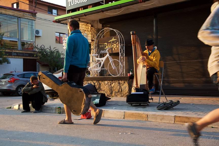 09-Rasarit-de-soare-in-Vama-Veche-oameni-pe-fuga-fotojurnalism-strada-mare-Fotografie-Aurel_Virlan