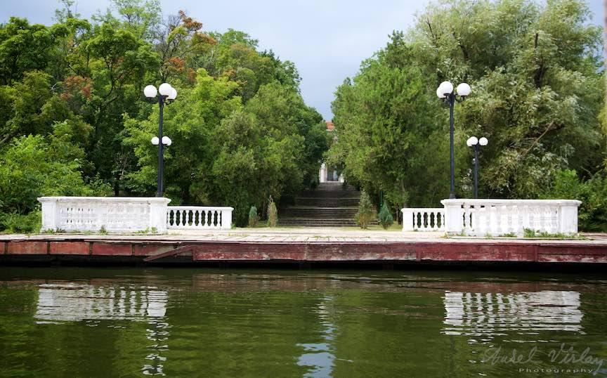 10-Scarile-Palatului-Snagov-catre-pontonul-de-pe-Lac_Foto-Aurel-Virlan