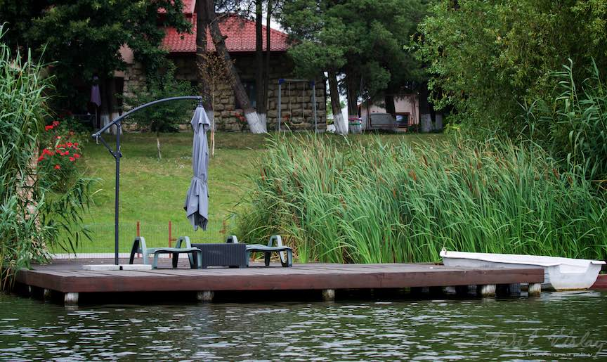 15-Sezlonguri-cu-umbrela-pe-ponton-curat-Lacul-Snagov_Foto-Aurel-Virlan