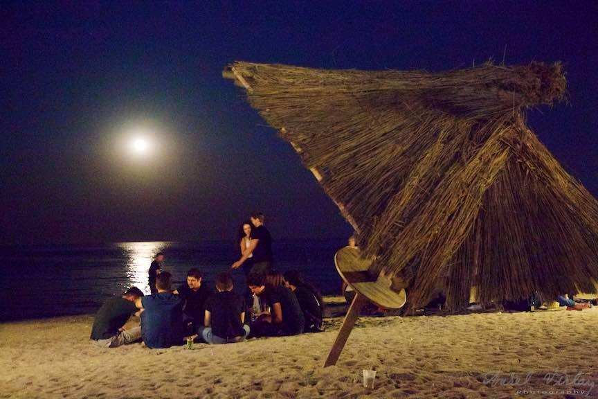 18a-Rasarit-de-Luna-Umbrela-stuf-plaja-Vama-Veche-oameni-frumosi-Fotografie-Aurel_Virlan