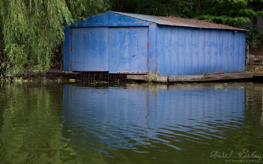 29-hangarul-albastru-reflexele-albastre-Lacul-Snagov_Foto-Aurel-Virlan