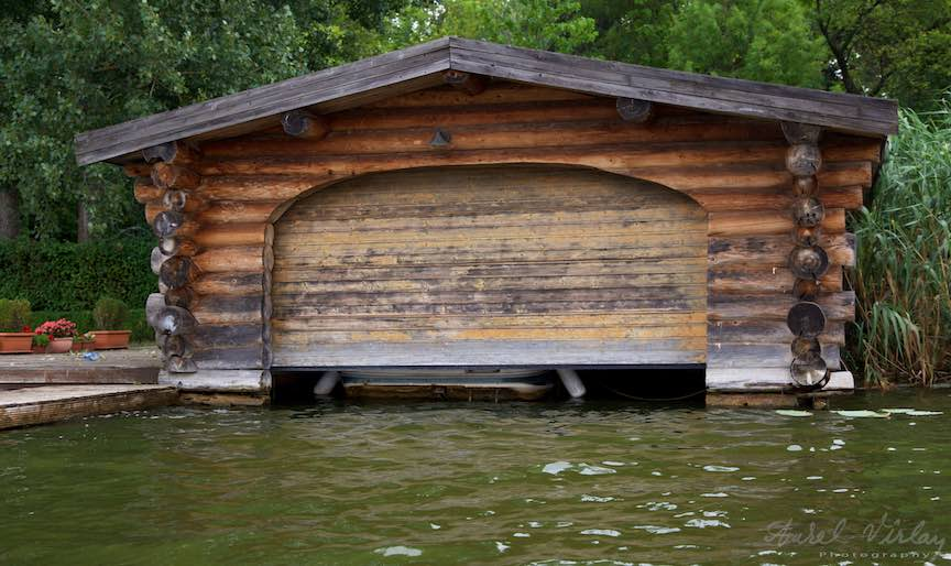 30-hanbar-rustic-din-busteni-lemn-Lacul-Snagov_Foto-Aurel-Virlan