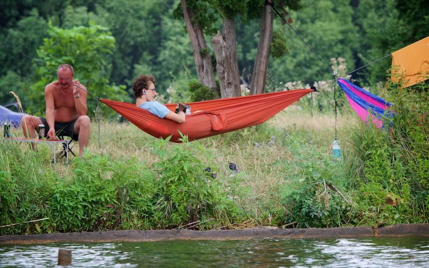 42-lectura-relaxare-hamacul-rosu-Lacul-Snagov_Foto-Aurel-Virlan