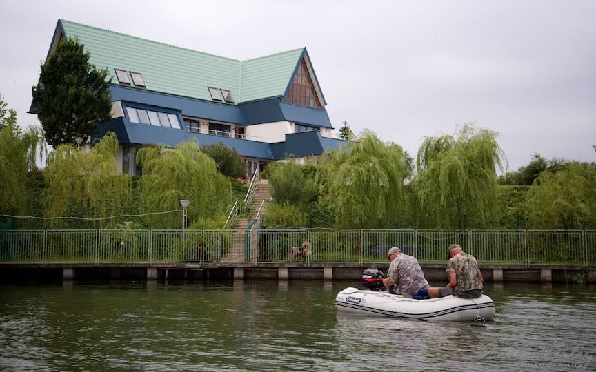 48-vila-albastra-pescari-barca-pneumatica-Lacul-Snagov_Foto-Aurel-Virlan