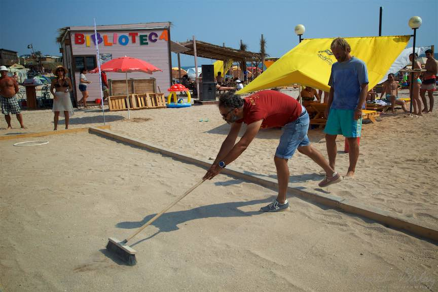 02-Campionat-bile-Petanque-nivelarea-nisipului-Plajii-de-Carte-Vama-Veche_Foto-Aurel-Virlan