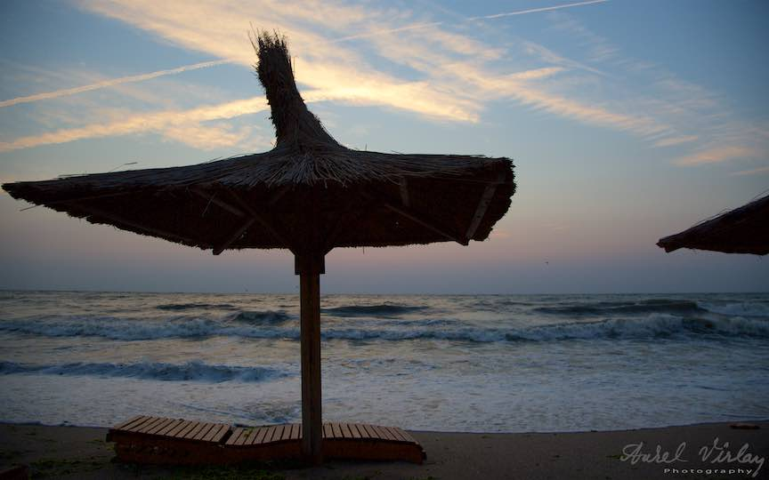 03-Travel-destination-litoralul-romanesc-Vama-Veche_umbrela-plaja-Fotografie-Aurel-Virlan