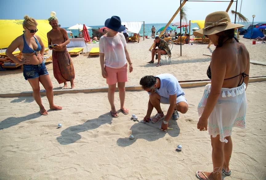05-Campionat-bile-Petanque-masurarea-distantei-cu-ruleta-Plaja-de-Carte-Vama-Veche_Foto-Aurel-Virlan