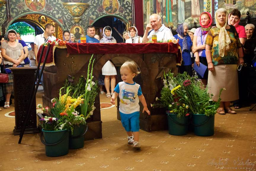 06-copil-trecand-pe-sub-epitaful-Adormirii-Maicii-Domnului-biserica-ortodoxa_Foto-AurelVirlan