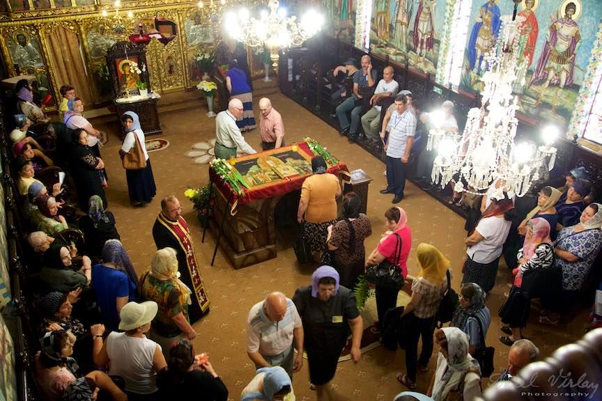 08-epitaful-Adormirii-Maicii-Domnului-in-mijlocul-bisericii-aparatorii-patriei-2_Foto-AurelVirlan