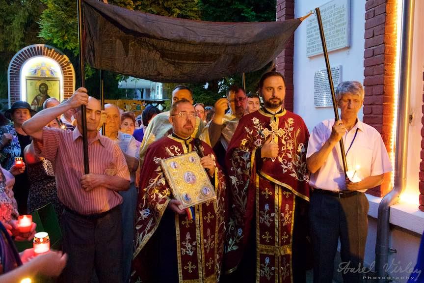 22-procesiune-curtea-bisericii-scoaterea-epitaf-Maica-Domnului-Iisus-biserica-Aparatorii-Patriei-2-Sfantul-Ambrozie_Foto-AurelVirlan