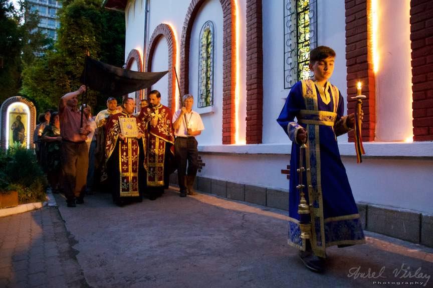 23-procesiune-curtea-bisericii-scoaterea-epitaf-Maica-Domnului-Iisus-biserica-Aparatorii-Patriei-2-Sfantul-Ambrozie_Foto-AurelVirlan