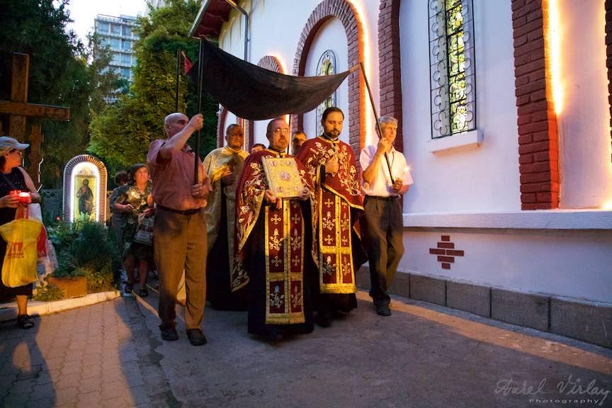24-procesiune-curtea-bisericii-scoaterea-epitaf-Maica-Domnului-Iisus-biserica-Aparatorii-Patriei-2-Sfantul-Ambrozie_Foto-AurelVirlan