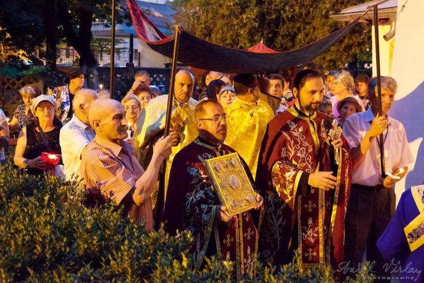 25-procesiune-curtea-bisericii-scoaterea-epitaf-Maica-Domnului-Iisus-biserica-Aparatorii-Patriei-2-Sfantul-Ambrozie_Foto-AurelVirlan