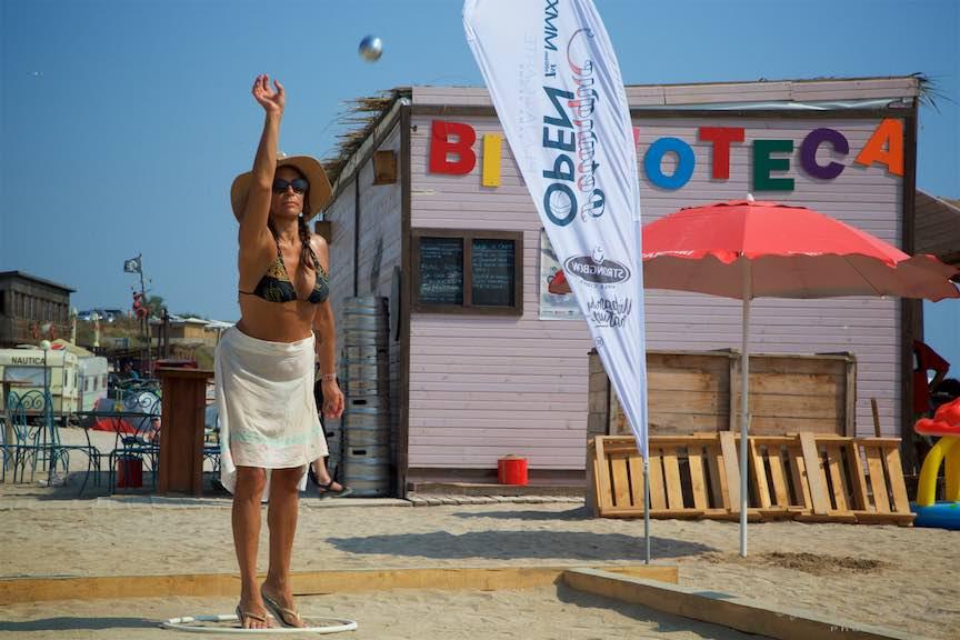 27-femeie-bronzata-Campionat-Petanque-bile-otel-plaja-de-carte-Vama-Veche_Fotografie-Aurel-Virlan