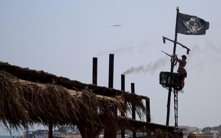 28-Vama-Veche-pirat-pusca-catarg-steag-pirati-Cherhana-Pescarus-Fotograf-Aurel-Virlan