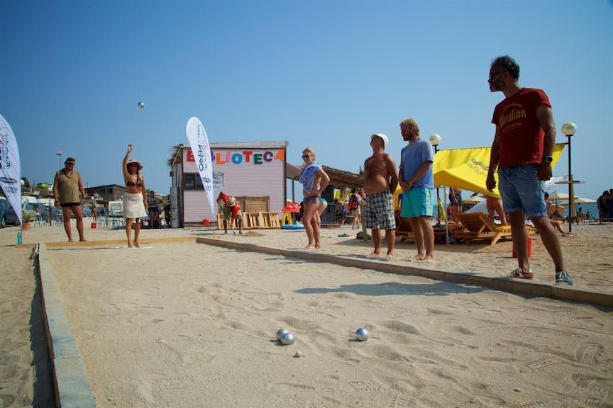 28-primul-Campionat-Petanque-bile-otel-terenul-pe-plaja-de-carte-Vama-Veche_Fotografie-Aurel-Virlan